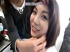 Funny Asian meisje geeft de voorkeur aan grote latex dildo ' s aan stijve pikken