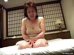Asian granny stavlja vibrator u njoj maca