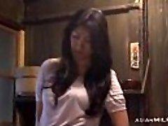 Milf Fingersatz Sich Mit Orgasmus Auf Dem Fußboden In Der Küche