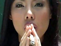 aziatische meisje sigaar roken