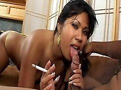 Aziatische honing met schattige tieten rookt een sigaret en krijgt cum facial op de bank