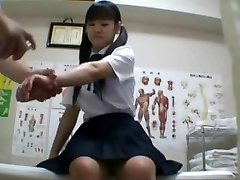יפנית תלמידה (שמונה עשרה+) קדח במהלך הבדיקה הרפואית