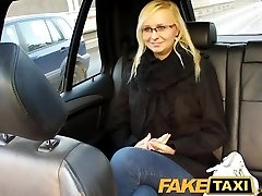 FakeTaxi Blondīne ar brillēm izpaužas runāja uz sex tape