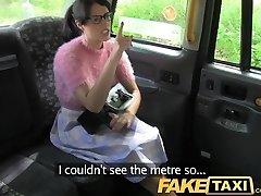FakeTaxi Brunete ar brillēm maksā cenu par rupjš