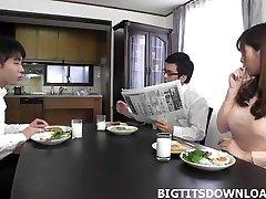 יפה יפנית עם חזה גדול משחקת