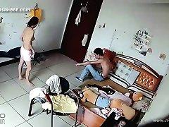 黑客利用摄像机远程监控的情人的家庭生活。38