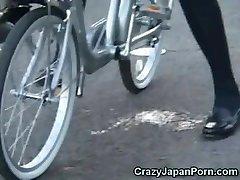女生朋友在一辆自行车在公共!
