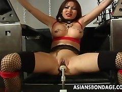 性爱的黑发女得到她的湿猫机性交