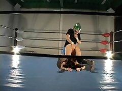 Busty hårete Jap fengslet i wrestling-ringen