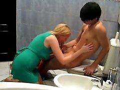 放荡的金发碧眼的妞在绿色迷你裙子乱搞她的亚洲BF在浴缸