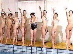Lielisku peldēšanas komanda lieliski izskatās bez drēbēm