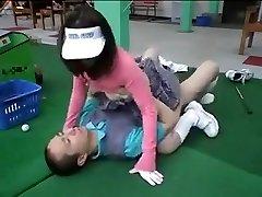 golfa braukšanas diapazonā pārvēršas seksa vietā