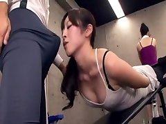 Japāņu pasniedzējs iegūst erekcija, trenažieru zāle