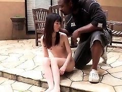 Liten Japansk jente gags på stor svart kuk utendørs