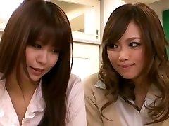 角质的亚洲女孩引诱女同性恋老师