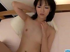 Ruri Okino prøver kuk i hennes munn og i hennes fitte