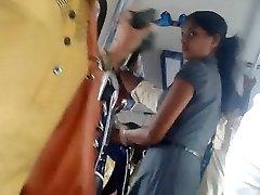 斯里兰卡可爱办公室的女孩的屁股在巴士