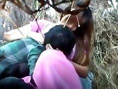 泰国的女孩手淫的灌木丛