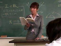 老师得到她的脸奶油通过她的学生