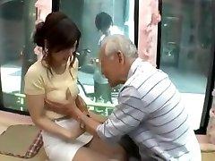 坦率的年轻的日本女孩被诱惑的老男人