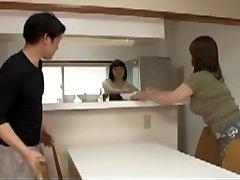 日本的母亲在法律步骤的儿子湿的梦想