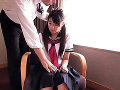 Liten japansk skolepike knullet av forretnings-mann