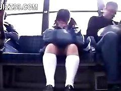iskolás elcsábította lábát dugta geek busz