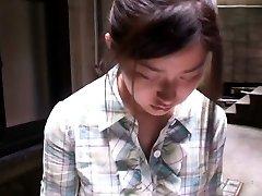 Šarmantan azijski djevojka dobiva snimljen voajeri