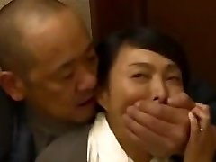 Robber hides in the japanese family's house