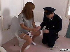 Bizarre Asiatique officier de police arriver face sat
