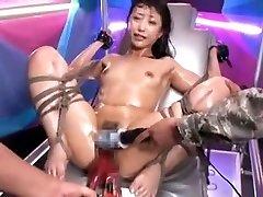 تعادل الآسيوية وقحة يحصل على حفز اللعب إلى النشوة الجنسية