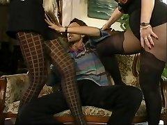 VFR Steve dostal s dvoma hot MILFs v pantyhose