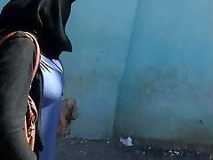 arabské mama s veľké prsia chodiť na ulici