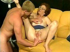 Retro babica dobi vroče dicking iz mišičast stud