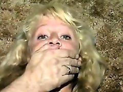 Χαριτωμένο Ξανθιά Σκλάβος Δεμένος Με Μονωτική Ταινία Κλασικό