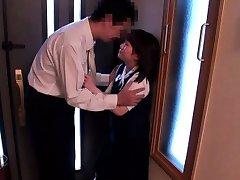 Apró japán iskoláslány kivágott fel az öreg férfi