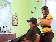 gestapelt Friseur bekommt tittyfucked