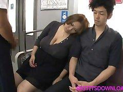 Großen Titten asian gefickt auf dem Zug mit zwei Jungs