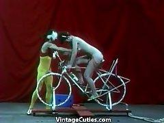 Hermosa Chica se monta de un Sexo-bike