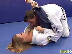 Sexy Megan Fenox seduce a su entrenador de lucha libre