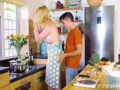 Carly Rae In Der Küche Helfer
