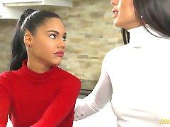 Magával ragadó a hölgyek megosztási egy nagy faszt a piszkos FFM hármasban videó