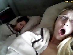 Ja, det är hennes riktiga syster sover bredvid henne