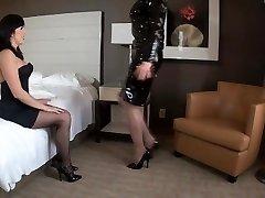 Miss Dixie roba une Sandra, dejandola atada en un cuarto