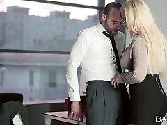 Sexy blonde bombshell à lunettes suce savoureux pénis de kinky chef du bureau