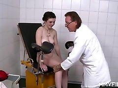 Junge Deutsche Teen besucht den alten Hahn Arzt