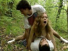 Profitez de 2 poilu mec scènes de baise dans le cadre d'une salle de bains, l'autre dans les bois