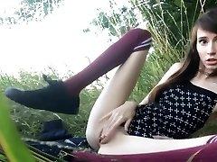 nympho tonåring onanerar i gräset