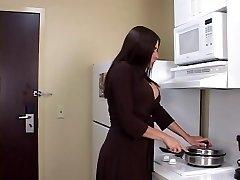 Curvilínea loira MILF leva pau negro e facial em quarto de motel