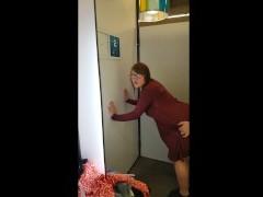 Accidental Creampie - 18 años Follada por Primera Vez en un Vestidor